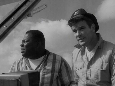 Michaely Sawyer, dos de los supervivientes, deciden huir de la isla construyendo un fuera-borda conrestos del avióny ramas.