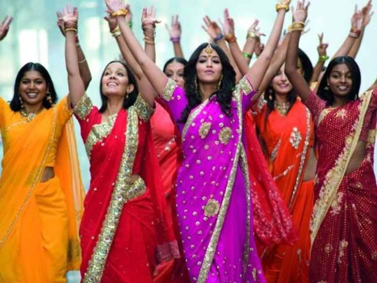 Le Bollywood est un style populaire développé dans les comédies musicales du cinéma indien, et dérivée de variétés de la danse indienne. Des éléments de danse moderne occidentale (disco, salsa) y sont mélangés.