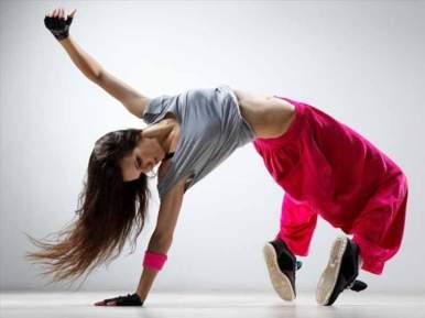Le Hip Hop est né dans les banlieues de New York dans les années 70 puis s'est propagé en France dans les années 80. C'est une danse sportive et physique. Le Newstyle, qui mélange Hip Hop et danse moderne, se retrouve dans les chorégraphies des clips vidéos actuels.