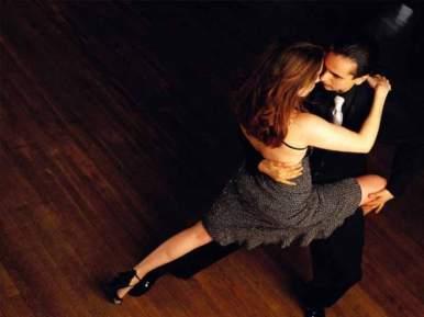 Le tango est la danse de la passion et de la mélancolie. Cette danse donne l'image d'un jeu incessant entre les partenaires. Elle est basée sur la connexion entre les deux danseurs, la sensualité, et le partage.