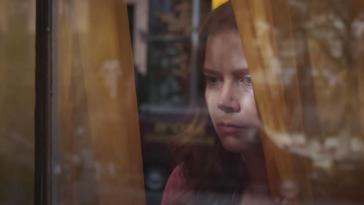 La Femme à la fenêtre : un pastiche hitchcockien délirant (mais décevant)