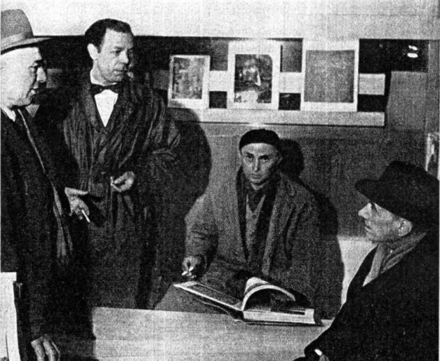Giovanni Comisso in una foto scattata in Libreria Canova