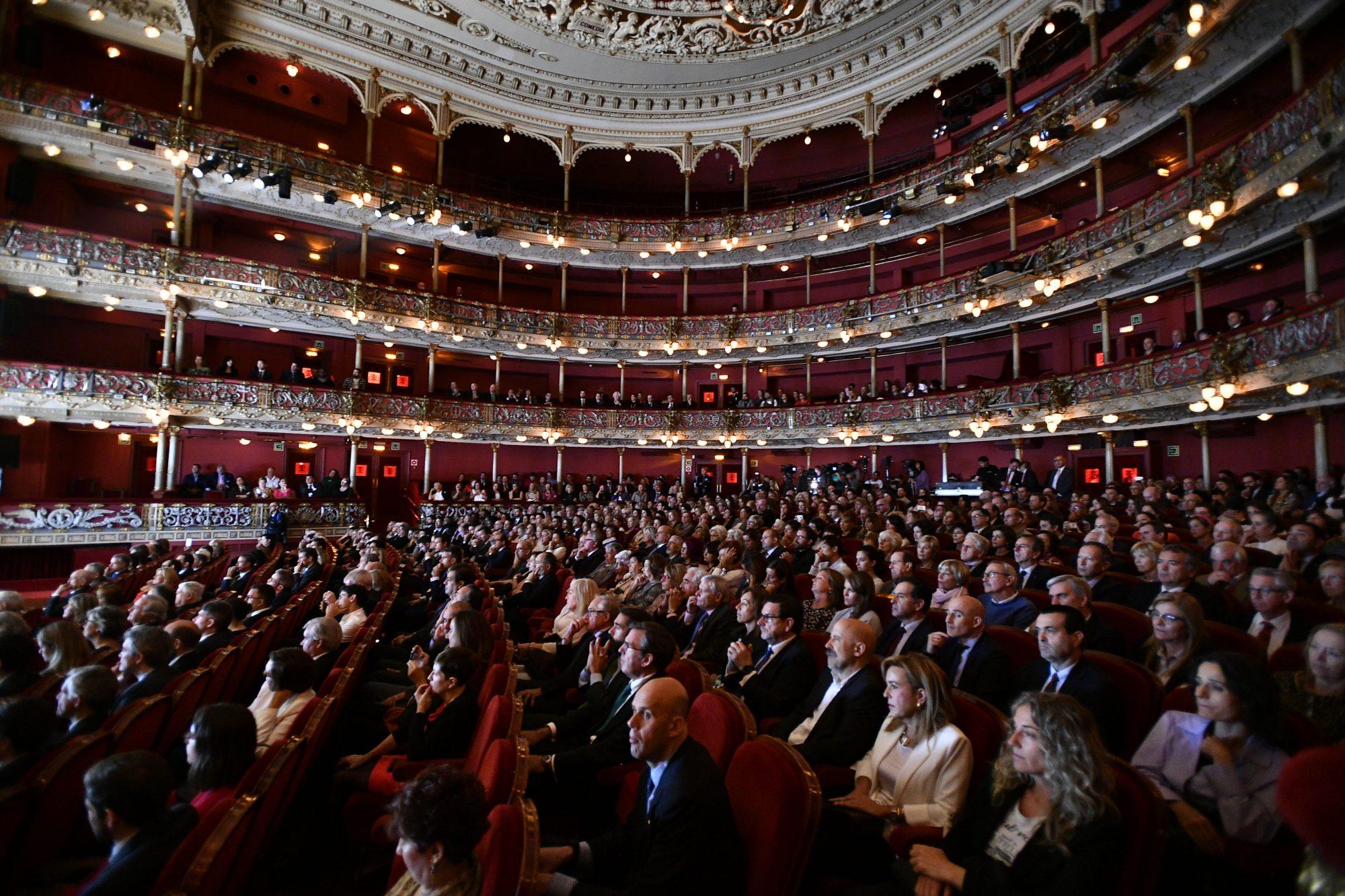 (Castellano)  Teatro  Arriaga  lleno,  en  la  VIII  edición  de  los  Premios  NoviaSalcedo