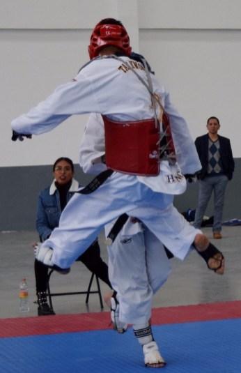 """Zinacantepec, Estado de México, 23 de octubre de 2018. Los mejores taekwondoines de la entidad se presentaron a una evaluación para determinar los últimos lugares que se integrarán a la selección mexiquense que participará en el Campeonato Nacional de la especialidad, a desarrollarse en Chiapas. El Gimnasio Multidisciplinario de la Ciudad Deportiva de Zinacantepec fue el escenario en el que se realizó esta selección, y donde Cruz Antonio Ángeles Torres, Presidente de la Asociación Estatal de Taekwondo, destacó que el objetivo de esta medida es que el mayor número de taekwondoines mexiquenses entren al proceso de clasificación nacional de los Juegos Panamericanos Lima 2019. Se dieron cita en esta competencia 40 deportistas, quienes han formado parte de la selección mexiquense en diferentes eventos, por lo que en cada uno de los combates se presenció un alto nivel de competencia. """"Tenemos una evaluación de los que no se clasificaron en el selectivo estatal y no queremos dejar fuera para que participen en el campeonato nacional, que se desarrollará en Chiapas, que es selectivo rumbo a los Panamericanos"""", afirmó. Ángeles Torres consideró que la delegación mexiquense es una de las más fuertes, ya que cuenta con elementos de experiencia y jóvenes atletas, quienes debutarán en la categoría de adultos con hambre de trascender. El Presidente de la Asociación explicó que, como parte de su preparación, los días sábados y domingos realizarán entrenamientos en la Deportiva de Zinacantepec, los cuales estarán dirigidos por entrenadores estatales, con la intención de ajustar detalles y llegar en las mejores condiciones a la competencia nacional."""