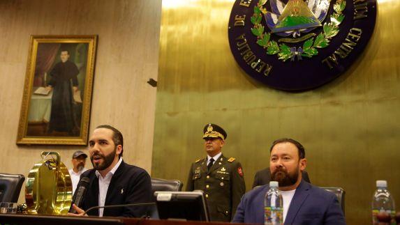 El presidente de El Salvador, Nayib Bukele, entró en el Salón Azul de la Asamblea Legislativa y dijo que los diputados ausentes a la sesión cometieron desacato constitucional. (Foto Prensa Libre: EFE)