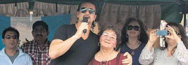 """Ricardo Arjona junto a su mamá, Nohemí Morales """"Doña Mimi"""", durante una actividad en Guatemala en diciembre de 2012. (Foto Prensa Libre: Hemeroteca PL)"""
