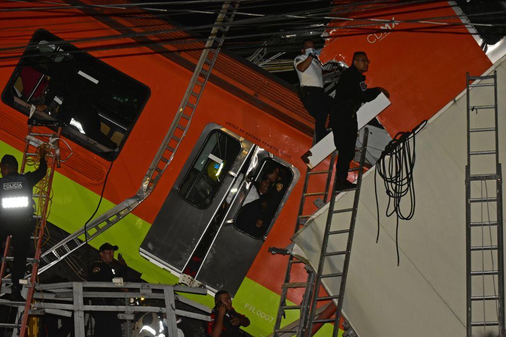 Personal de rescate trabaja en uno de los vagones tras el colapso del Metro en la Ciudad de México. (Foto Prensa Libre: EFE)
