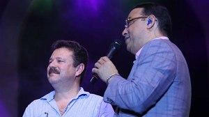 El alcalde de Carolina, José Carlos Aponte, comparte la tarima con Gilberto Santa Rosa. (Foto/Suministrada)