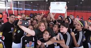 Lornna Soto Villanueva, alcaldesa de Canóvanas, comparte con niños del barrio Cubuy de dicho municipio. (Captura de Pantalla)