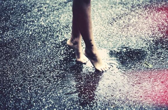 Pies descalzos sobre suelo mojado
