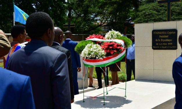 Le Couple Présidentiel dépose une gerbe de fleurs au mausolée de feu Président Cyprien NTARYAMIRA