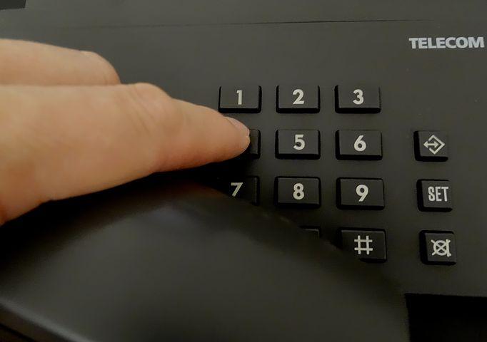Call-Center-Mitarbeiter lullen Anrufer ein Wiederholte Namensnennung schreckt Kunden jedoch ab