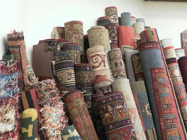 Bis zu 400.000 Tonnen alter Teppichböden werden jedes Jahr verbrannt - DUH kritisiert Greenwashing von Markenherstellern wie Desso und Interface - Umweltverband fordert nachweislich recyclingfähige Produkte, flächendeckende Sammelsysteme und Recyclinganlagen in Deutschland - Einführung der Produktverantwortung für Teppichböden notwendig