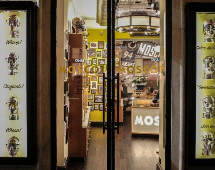 """Alles begann 1899 mit Urgroßvater Hyman, der in der Orchard Steet, in New Yorks legendärer Lower East Side, komplett fertige Brillen aus einer Schubkarre heraus verkaufte. Heute bringt MOSCOT mehr als 100 Jahre Expertise und zeitloses Design ins """"Bel Paese""""."""