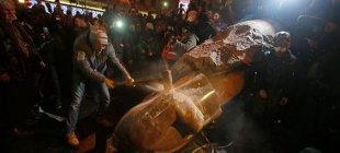 Lenin heykelini yıktılar!