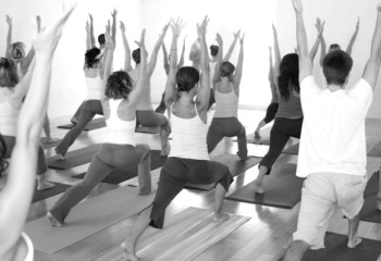 İran'da kadın-erkek bir arada yoga yapan 30 kişi tutuklandı