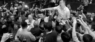 Hong Kong parlamentosunda yumruklar konuştu