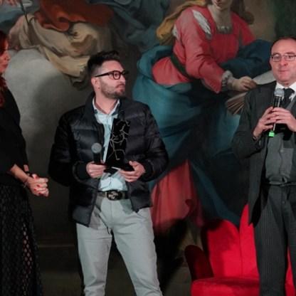 Da Sx Veronica Maya - Giacomo Garau e il Magistrato Nicola Graziano nel momento della premiazione - Foto di Giuseppe Antino
