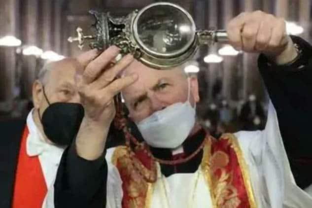 San Gennaro ha fatto il miracolo: alle 17.42 il sangue si è sciolto, dopo 24 ore di preghiere e di apprensione.