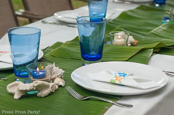 banana-leaves-on-set-table