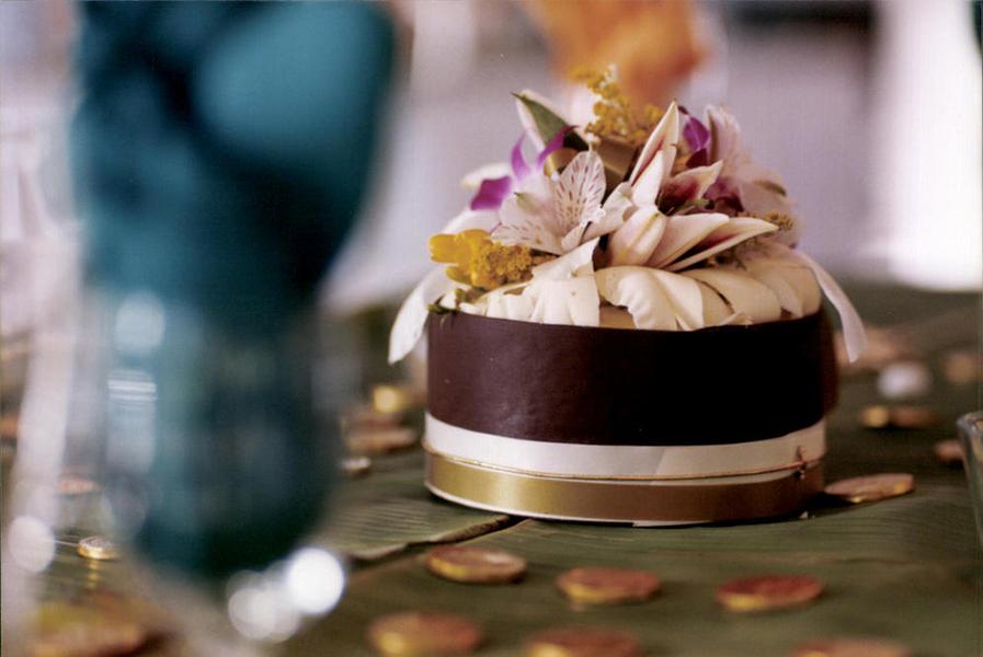 wedding-cake-on-banana-leaves
