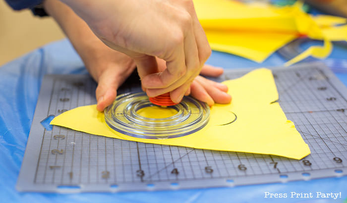 Making circles in paper -Science party decoration ideas DIY -Press Print Party!
