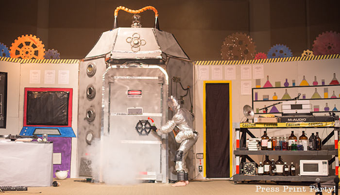 Time Lab VBS stage, time machine and robot-Science party decoration ideas DIY -Press Print Party!