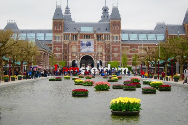 Avec son bassin orné de tulipes, le musée national d'Amsterdam renferme la collection d'art la plus importante du pays.