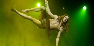 Alexander Klaws als Tarzan fliegend
