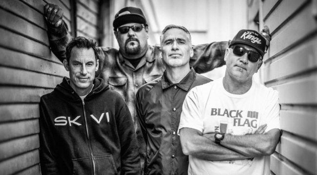 """Die Hardcorebarden von PENNYWISE kommen gewaltig mit News zum neuen Album """"Never Gonna Die"""", das am 20. April bei Epitaph Records erscheint. Zudem gibt es mit """"Live While You Can"""" ein Lyrics-Video zur Einstimmung."""