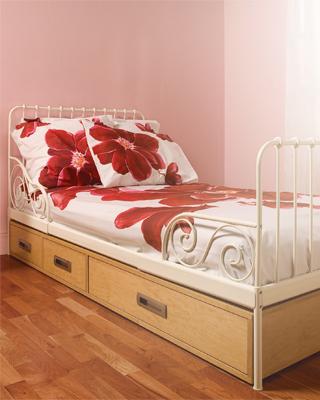 profiter de sous le lit et sous escalier avec des rang s d coratives. Black Bedroom Furniture Sets. Home Design Ideas