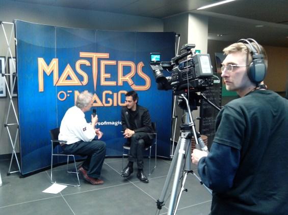 Davide Brizio riprende l'intervista a Luis De Matos.