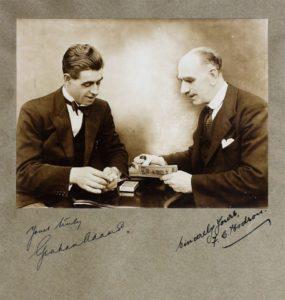 Il 21 maggio del 1974 moriva: Graham Adams (Esperto cartomago e studioso dell'Erdnase) Autore di un libro: Mr. Erdnase, His Book (1931) con spiegazioni di effetti e tecniche dell'Erdnase (sole 6 copie prodotte) Nella Foto (1931) e' con il fotografo del suo libro Fred C. Hodson.