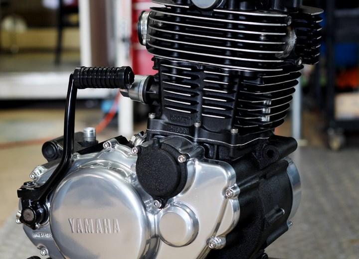 SR400トラッカー エンジンペイント