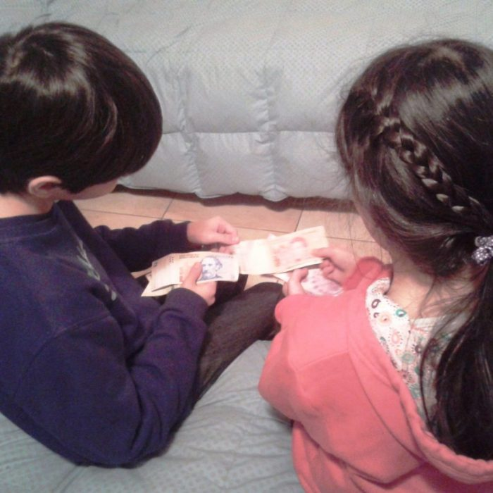enseñar-a-hijos-a-manejar-el-dinero