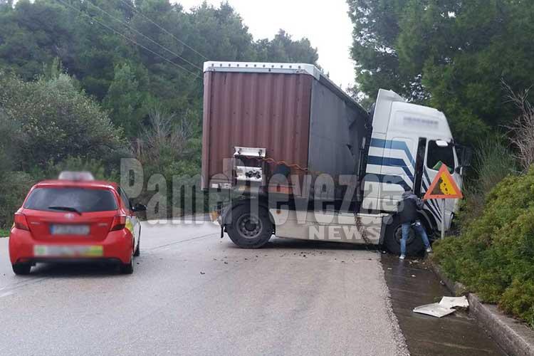 Νταλίκα δίπλωσε στην Εθνική Οδό στο ύψος της Λούτσας – Φωτό_5e04e66ba4211.jpeg