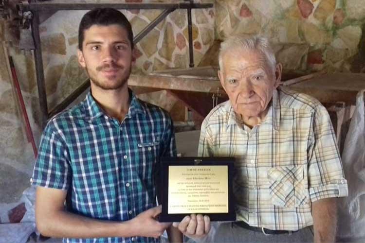 Τιμήθηκε ο 94χρονος κατασκευαστής νερομύλων, νεροτριβών και μαντανιών, από το Νικολίτσι, Αθανάσιος Μίνος_5e04fa191ea4a.jpeg