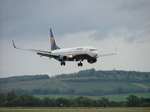 512px-Ryanair_Boeing_737-800_approaching_Brno-Turany