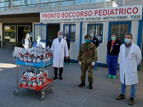 Catania, militari regalano uova di Pasqua