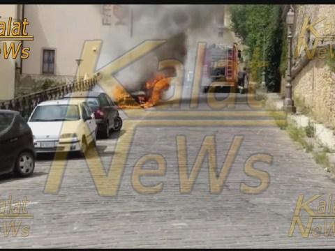 Caltagirone, auto avvolta dalle fiamme in via delle Francescane, zona chiesa Santo Stefano
