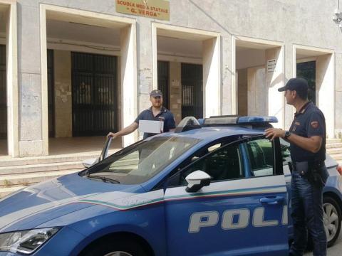 Caltanissetta, poliziotti ritirano tablets da scuola__