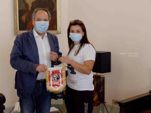giovani atleti karateka calatini campioni del mondo ricevuti dal sindaco di Caltagirone