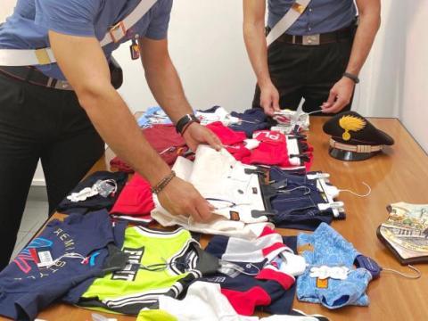 Caltagirone, al mercato in vendita merce di marca e rubata, denunciato ambulante grazie alla segnalazione di una acquirente