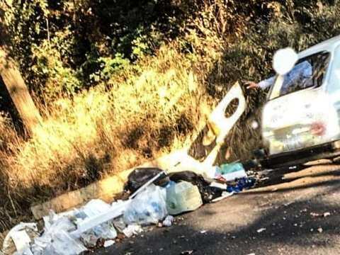 Foto abbandono rifiuti al parcheggio San Giovanni di Caltagirone