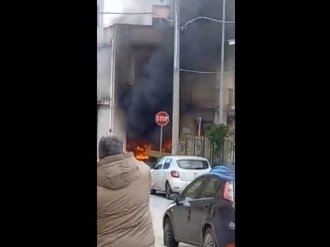 Officina divorata dalle fiamme nel Ragusano, evacuata scuola VIDEO impressionanti