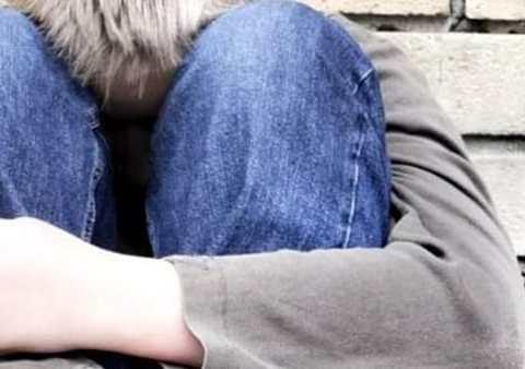 Operatrice comunità per minori accusata di violenza sessuale su 13enne che avrebbe abusato per più volte all'interno della struttura.