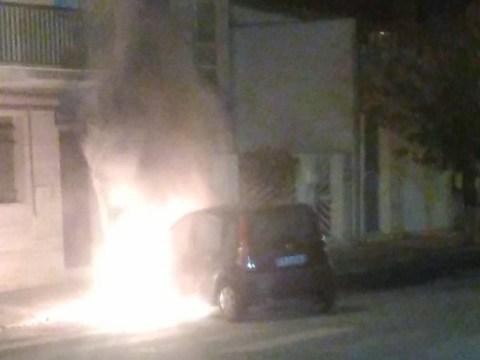 Vittoria, auto in fiamme proprio ora mezzo avvolto dalle fiamme poco fa. Non si sa se il rogo sia di natura dolosa o meno.