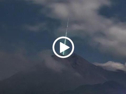 Immagini spettacolari del vulcano colpito in pieno da meteora. Le immagini sono state registrate da telecamera di videosorveglianza.