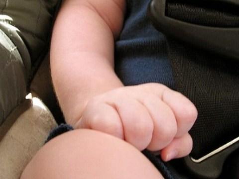 È successo ancora, bimbo di tre anni muore dimenticato in auto. Indaga la polizia, ma sembra si tratti di un incidente.
