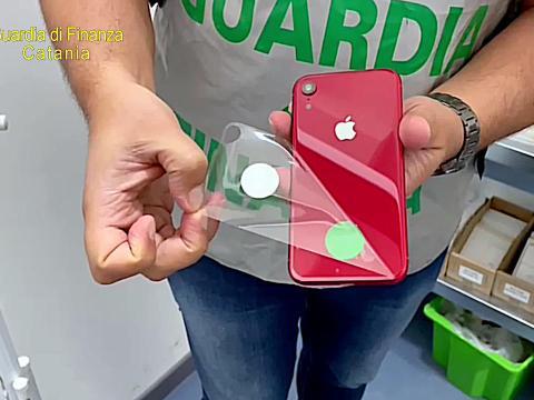 """Imprenditori catanesi nei guai: sequestrati oltre 2mila prodotti Apple contraffatti nell'operazione """"Mela marcia""""."""